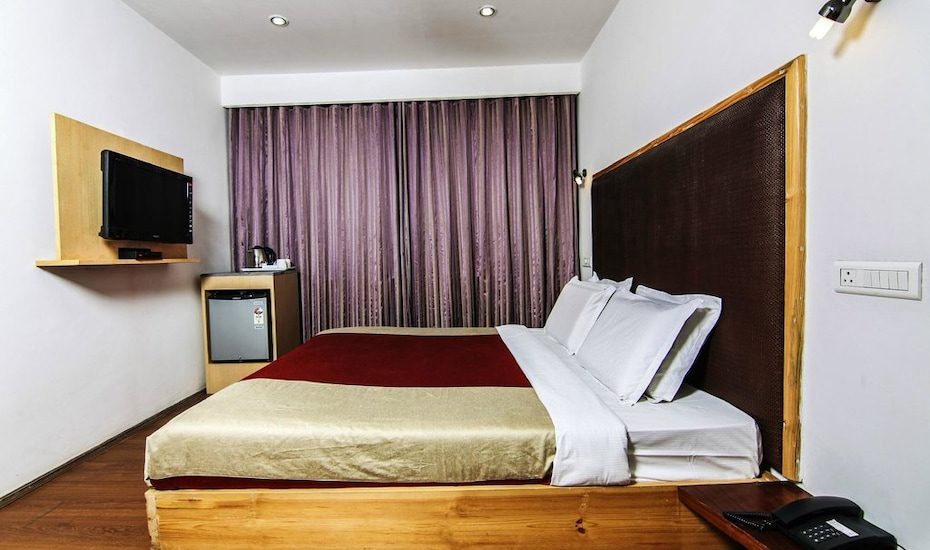 Hotel Holiday Plaza, Raj Bagh,
