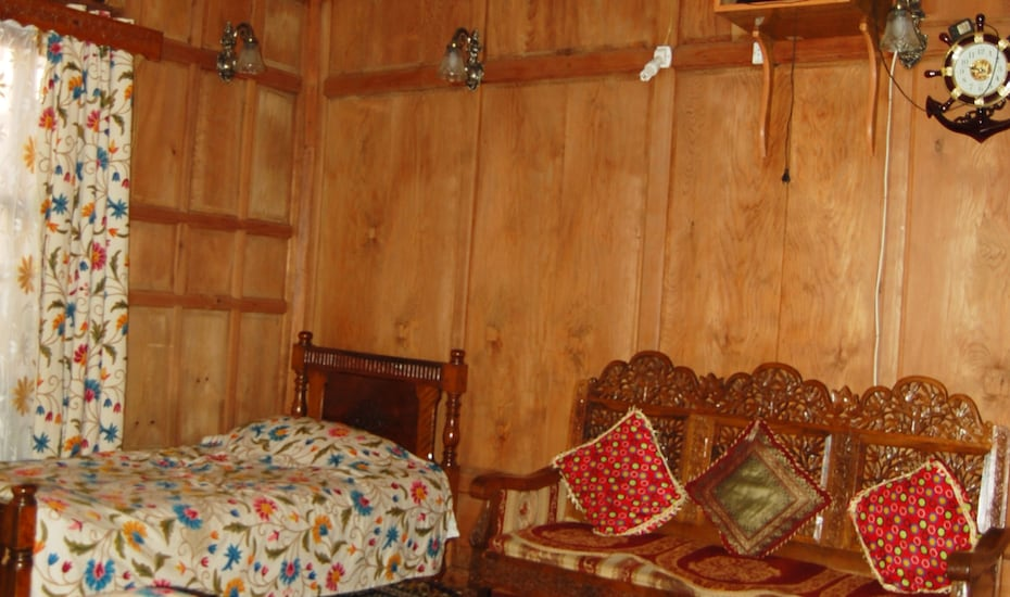 High Land Queen Houseboat, Dal Lake,