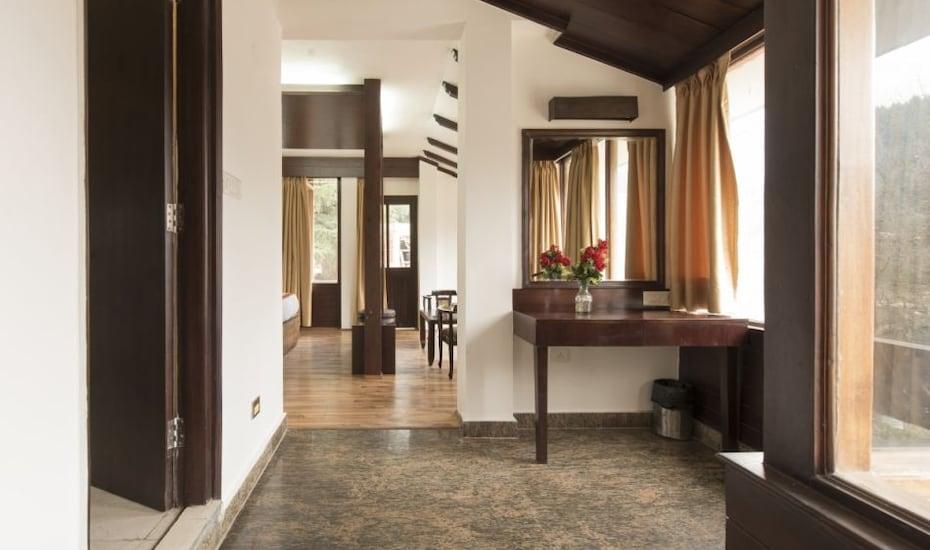 The Whispering Inn, Club House Road,