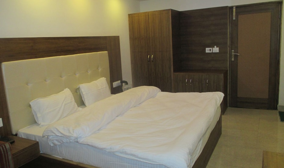 Hotel Samrat, Mall Road,