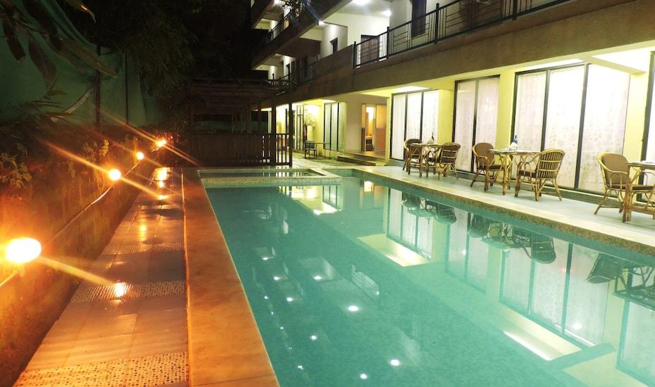 Resort Maximum Holiday Inn, --None--,