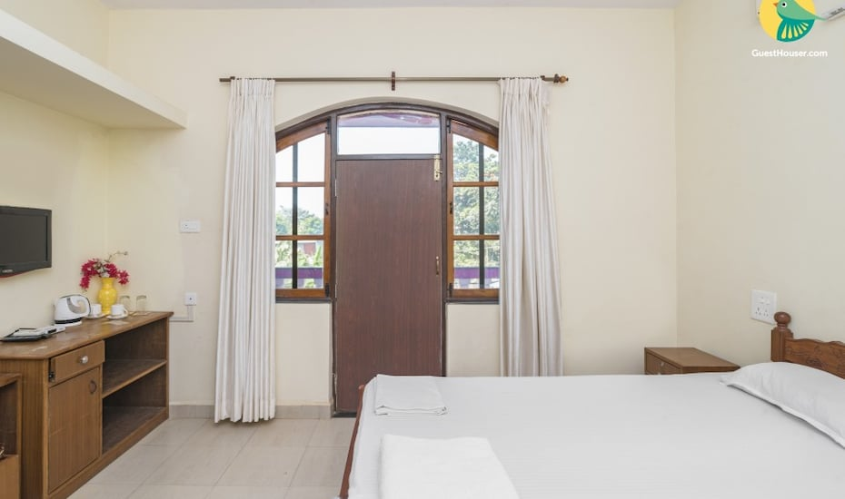 Vibrant 4-BR stay for twelve, 1.9 km from Cavelossim Beach,Goa