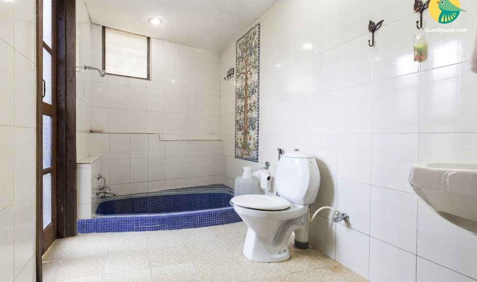 Pet-friendly villa with a pool, walking distance from Club Cubana, none,