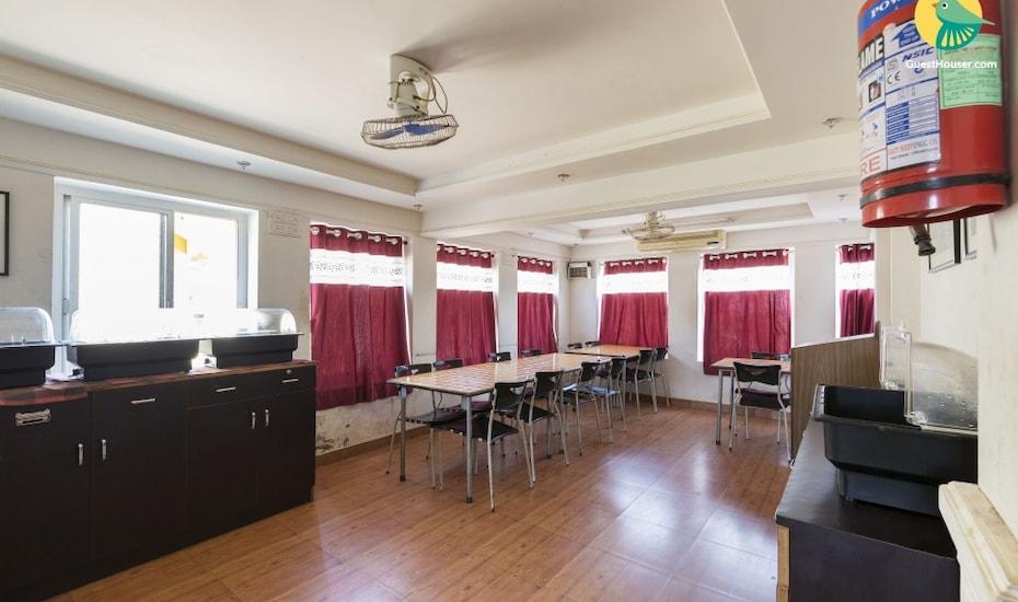 Private room in a cosy B&B with pool, close to Anjuna beach, Anjuna,