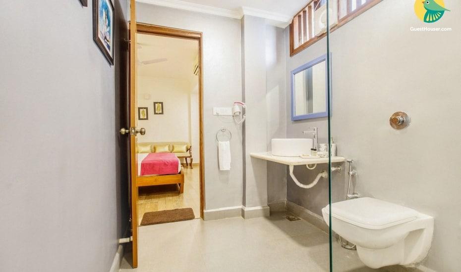 Lavish 4-BR villa with a private pool, 850 m from Sinquerium Beach, Sinquerim,