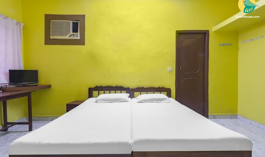 Vibrant space for three, 1.5 km from Dona Paula Beach, Dona Paula,
