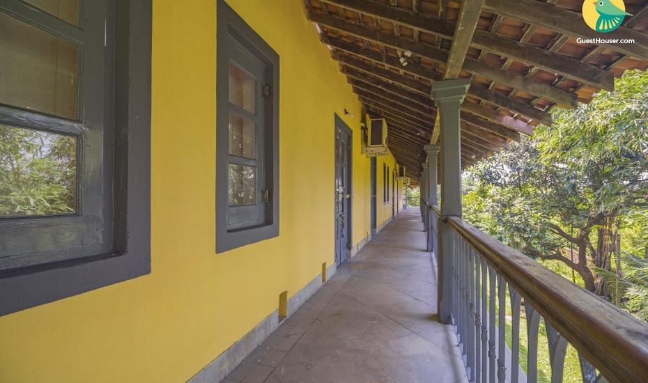 Portuguese-style villa for luxury travellers, 650 m from Ashwem Beach, Ashwem Beach,