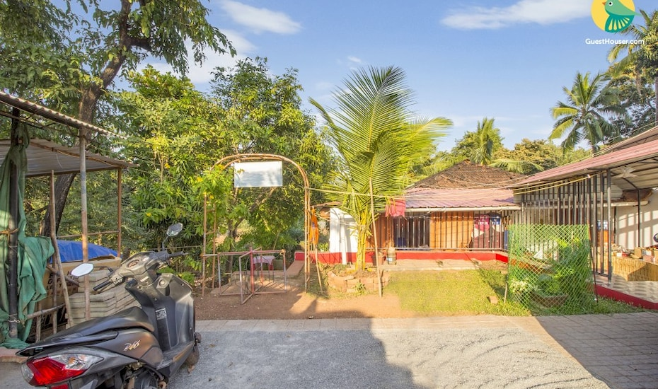 Cosy cottage stay for a family, 450 m from Vagator beach, Vagator,