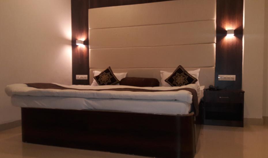Hotel Krishna Palace, Lake Palace Road,
