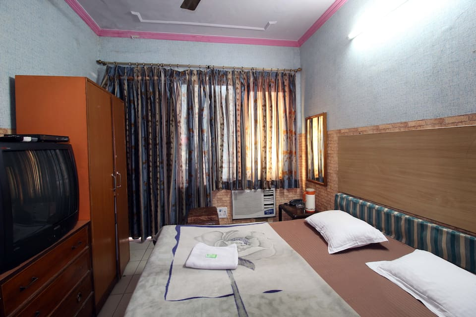 Solitaire Hotel, East Delhi, Solitaire Hotel