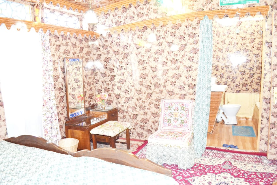 New Woodland Houseboat, Dal Lake, New Woodland Houseboat