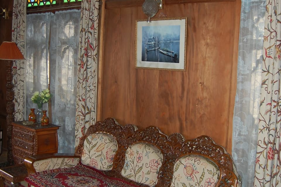 New Ara Bella Houseboat, Dal Lake, New Ara Bella Houseboat