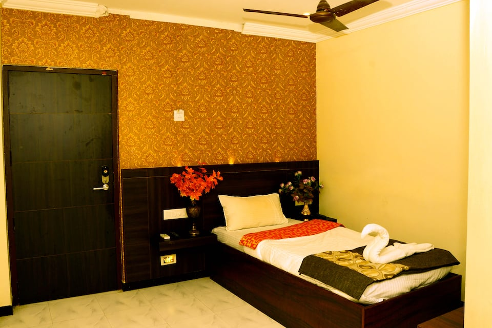 Deluxe AC Triple Room-Room Only