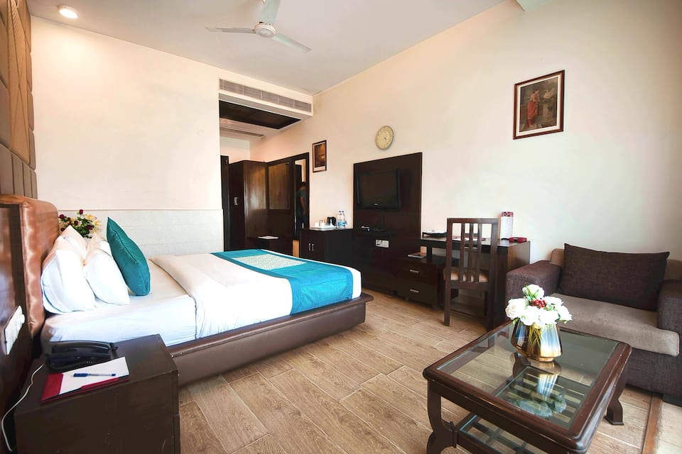 Hotel Golf View Suites, DLF Phase I, Hotel Golf View Suites