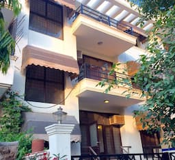 Hotel Perfect location. Metro, malls, Leisure valley, airport ,hospital, ATM all near. , Gurgaon