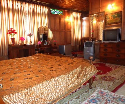 Lake Palace Houseboat,Srinagar