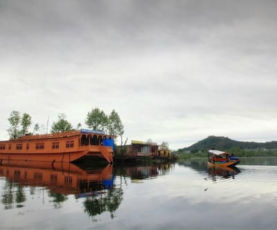 New Golden Flower Heritage Houseboat,Srinagar