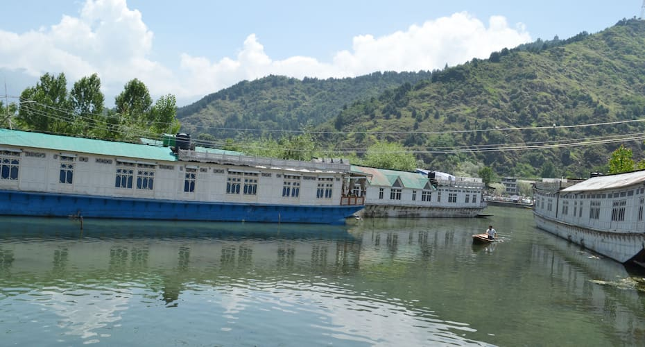 Miss India Houseboat, Boulevard road,