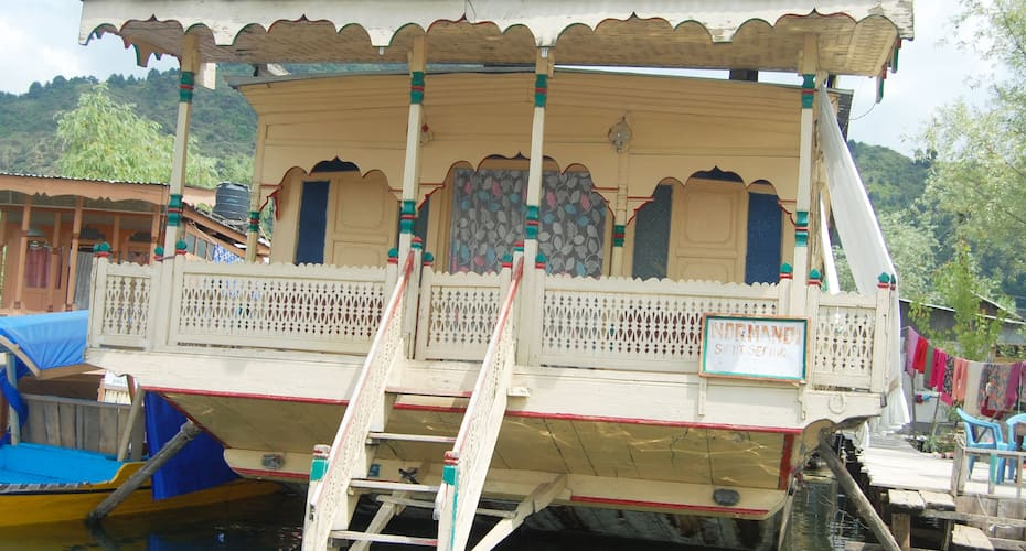 Young Normandi Houseboat, Boulevard road,