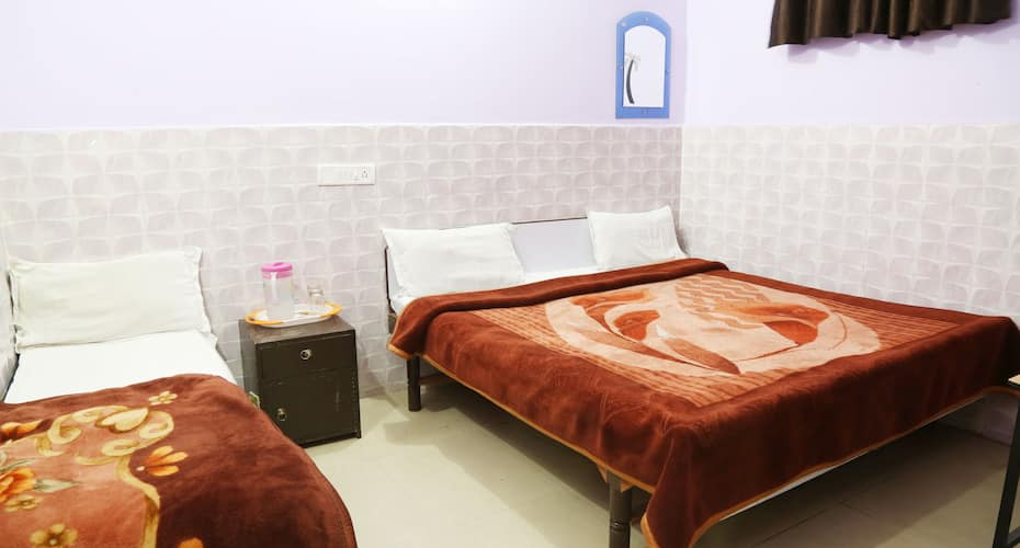 Hotel Lakhan Lodge, Near City Centre,