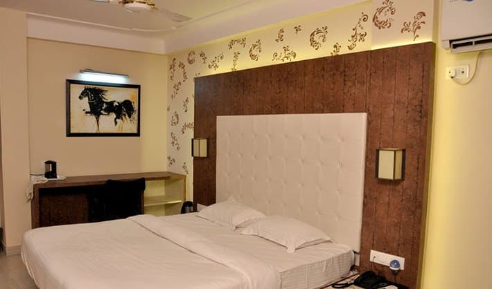 Hotel Green View International, City Palace Road,