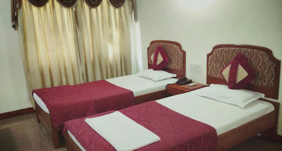 Hotel Yadgar, Station Road,