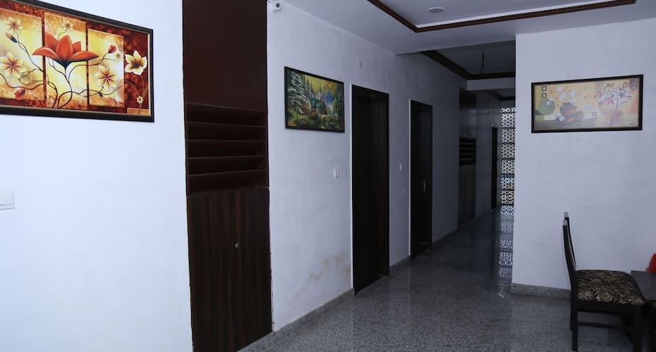 Hotel Palace On The Way, Near Ananta Hospital NH 8,,