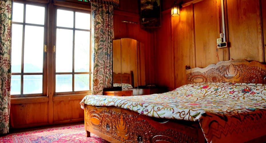 Golden Flower Heritage Houseboat, Nageen Club,