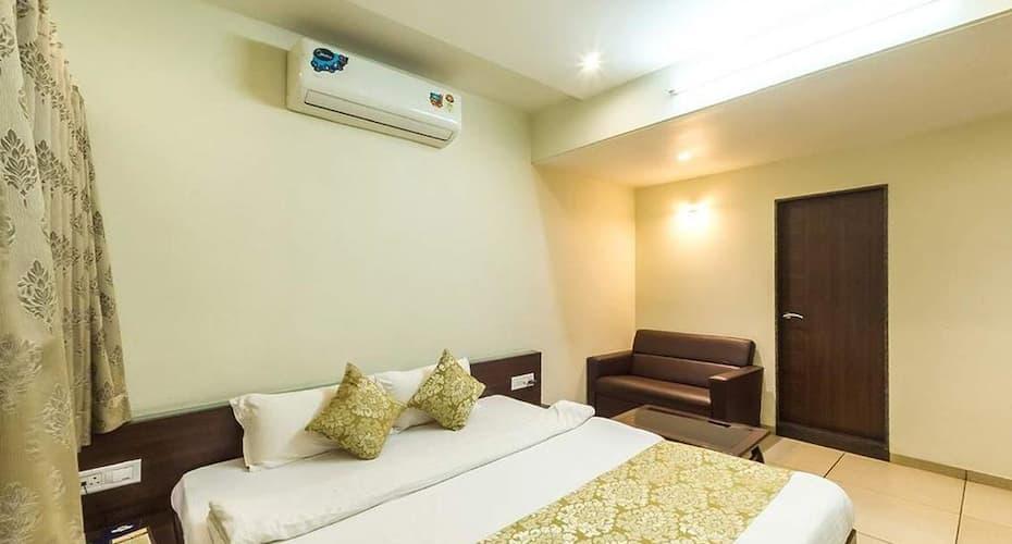 Hotel Kirti, Teen Batti,
