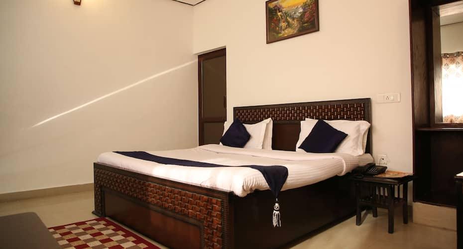 Dewdrop Classic Fall Resort, Village Bhatta,