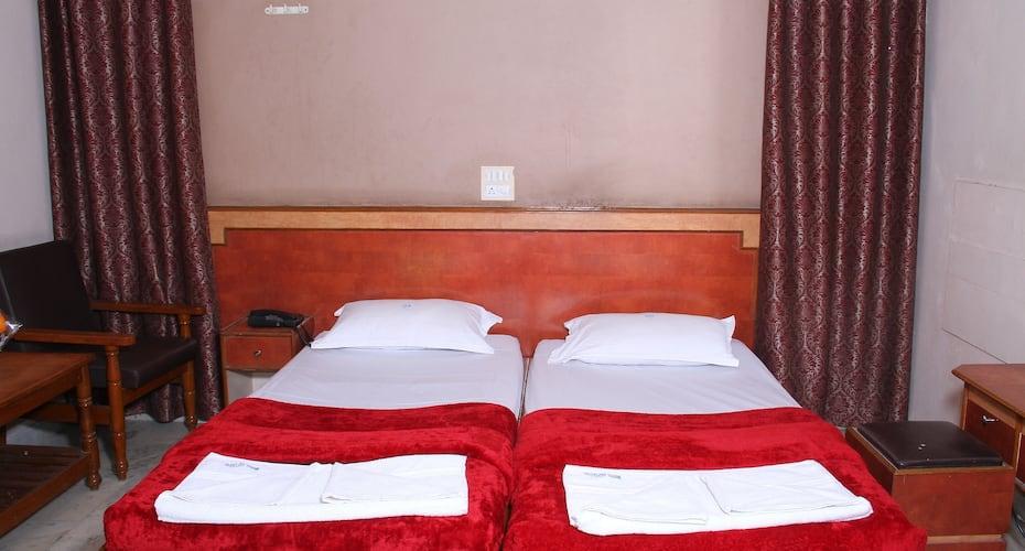 Hotel Saptagiri Deluxe, Abids,