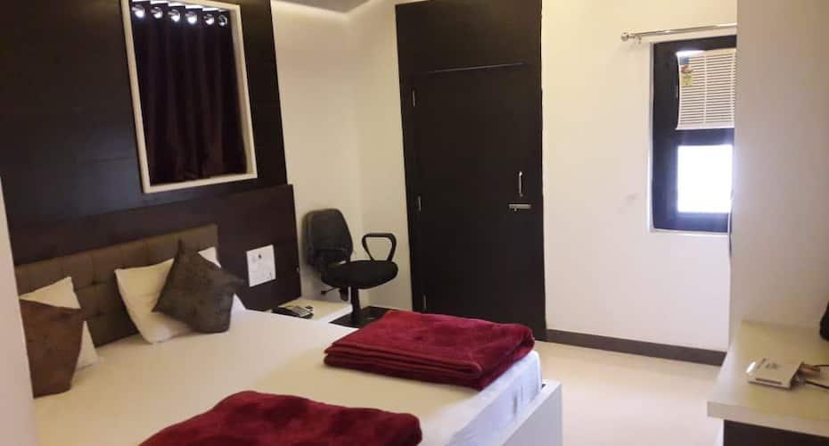 Hotel Trimurti, Teen Batti,