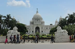 Tour of Kolkata with walk around colonial buildings